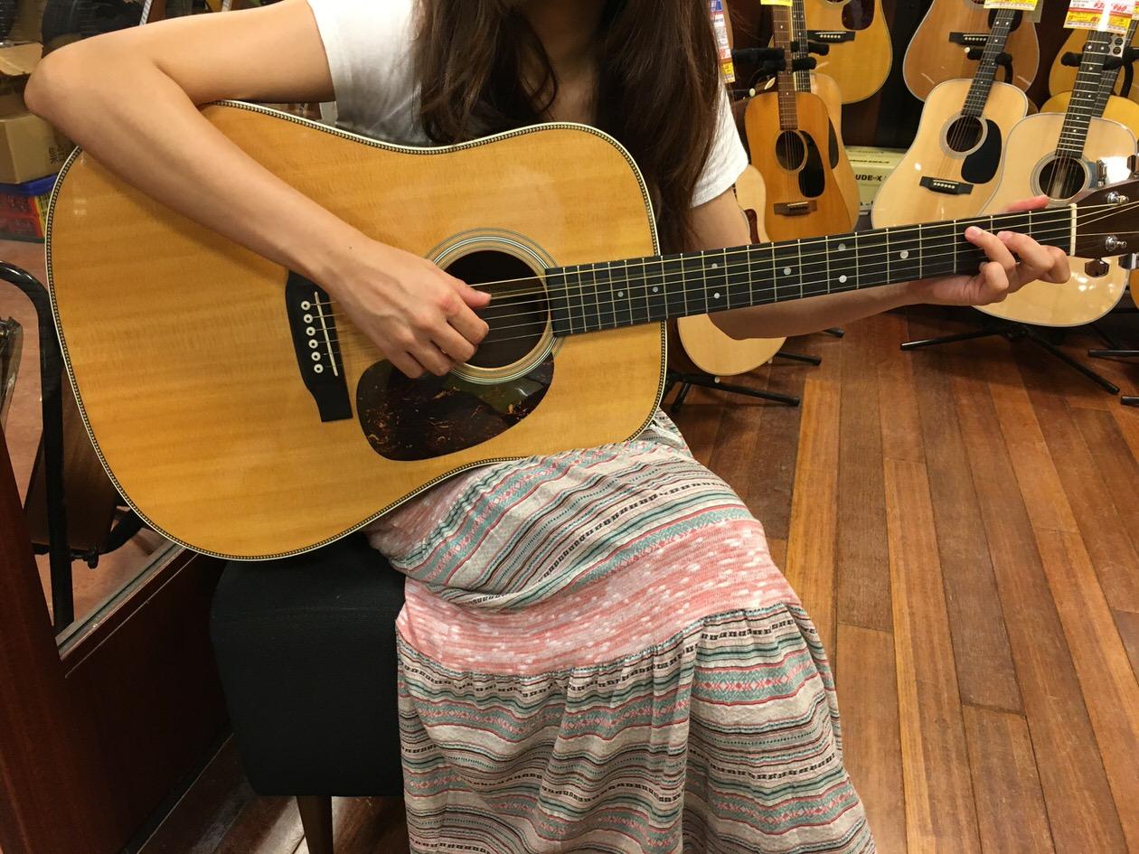 マーチンのギターの試奏中